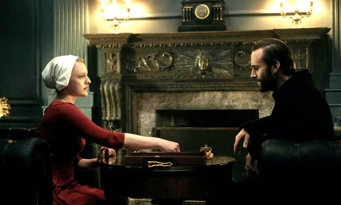 Elisabeth Moss e Joseph Fiennes em cena de 'The handmaid's tale' Foto: Divulgação