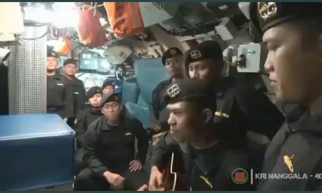 Marinheiros de submarino naufragado cantando música de despedida Foto: Reprodução