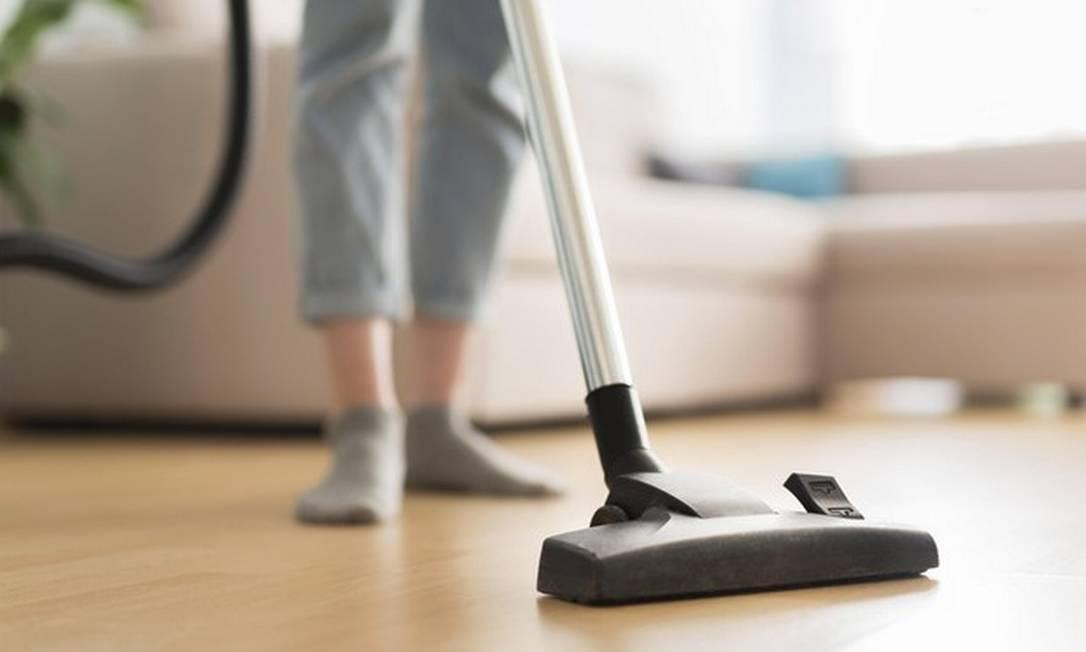 Existem tarefas que são obrigatórias em qualquer limpeza e alguns eletrodomésticos,como o aspirador de pó, podem facilitar muito a sua vida. Foto: Freepik/Creative Commons
