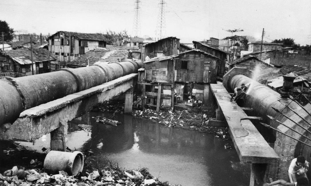 A favela de Manguinhos cresceu em volta de adutora da Cedag, que atualmente é a Cedae Foto: Athayde dos Santos / Agência O Globo - 19/01/1966