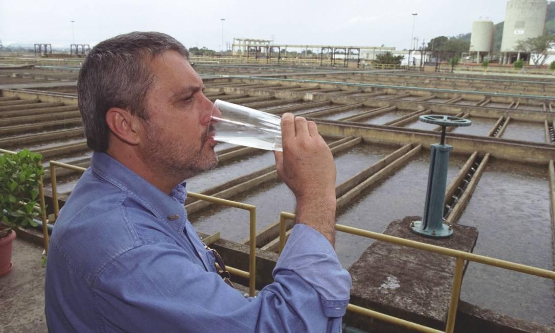 O então diretor de operações especiais da Cesar, Fábio Guedes, bebe água tratada do Guandu Foto: Wania Corredo / Agência O Globo - 15/11/2001