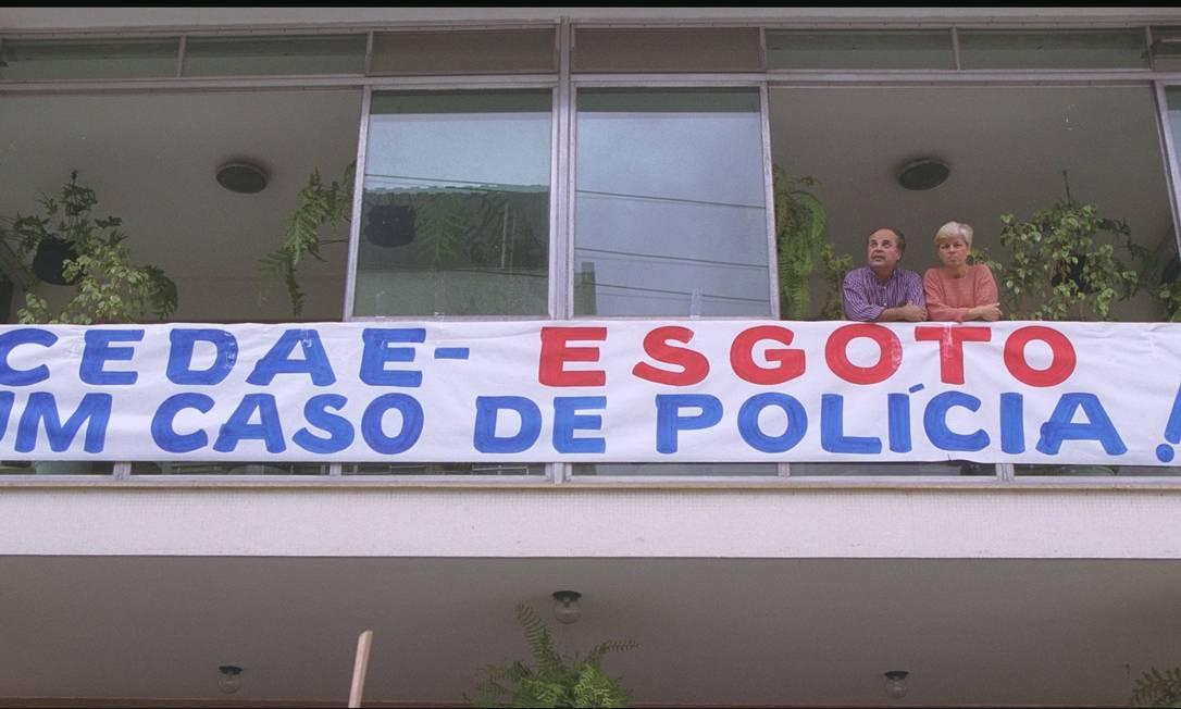 Revolta com a demora da Cedae para atender reclamações sobre o entupimento da rede de esgoto da Rua Mello Matos, na Tijuca — a primeira queixa, de uma série de 60 aproximadamente, foi feita no início de setembro de 2000 Foto: Custódio Coimbra / Agência O Globo - 27/09/2000