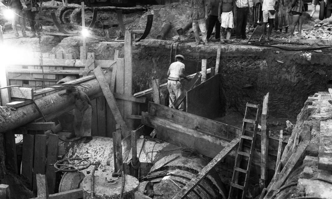 Obras da ainda Companhia Estadual de Águas da Guanabara (Cedag), empresa que antecedeu a Cedae. Foto: Arquivo / Agência O Globo - 19/01/1966