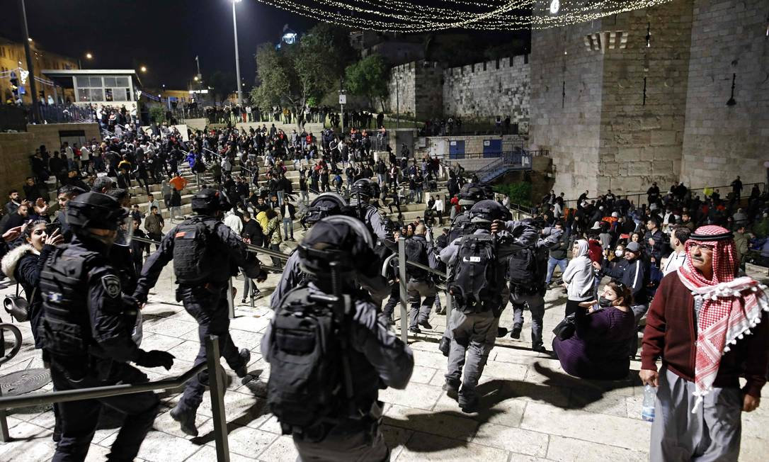 Israeli security forces disperse Palestinian demonstrators outside the Damascus Gate in the Old City of Jerusalem Photo: Ahmed Qarrabli / AFP