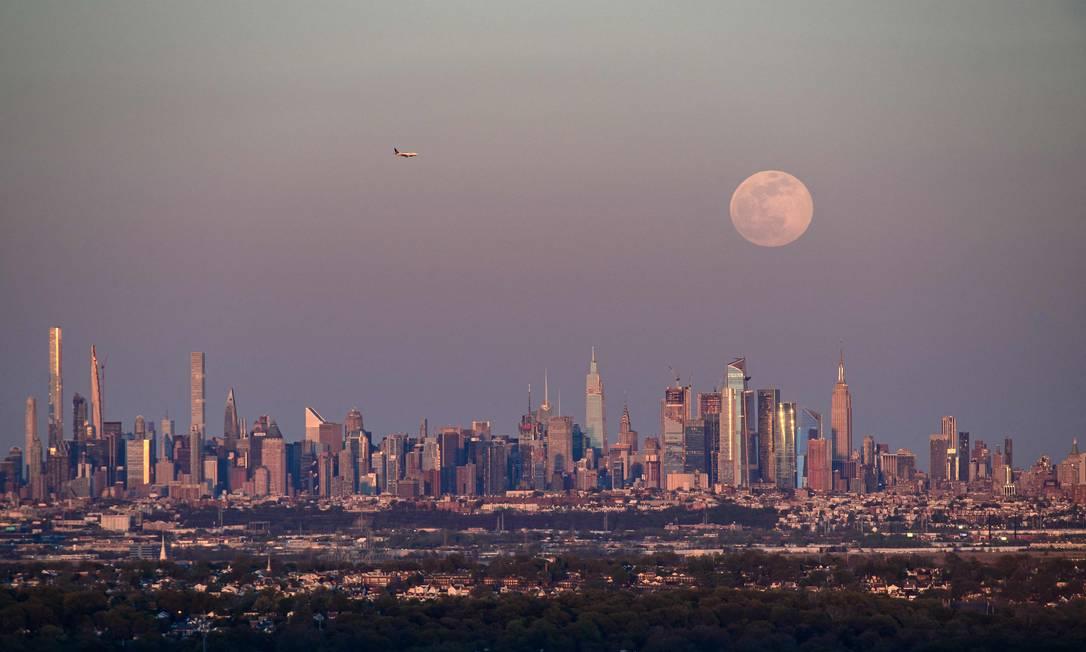 A lua cheia de abril, chamada de Super Pink Moon, surge no horizonte de Manhattan, Nova Iorque, EUA Foto: ANGELA WEISS / AFP