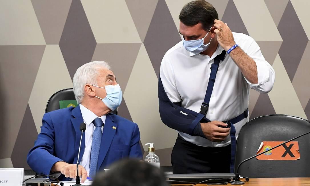 Senadores Otto Alencar (PSD-BA) e Flávio Bolsonaro (Republicanos-RJ) conversam durante primeira sessão da CPI da Covid Foto: Jefferson Rudy / Agência O Globo - 27/04/2021