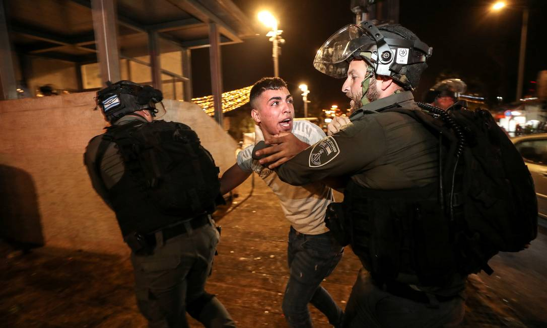 A polícia israelense detém um palestino na Cidade Velha de Jerusalém durante confrontos, durante o mês de jejum sagrado muçulmano do Ramadã continua, em Jerusalém Foto: AMMAR AWAD / REUTERS