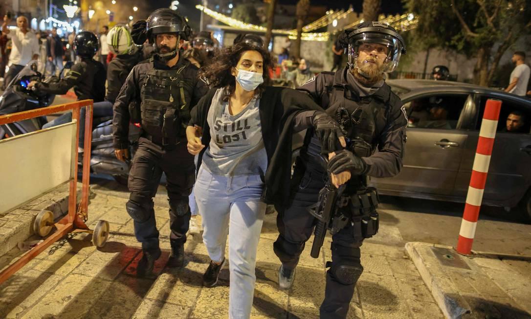 Policiais israelenses prendem um manifestante palestino próximo ao Portão de Damasco, na Cidade Velha de Jerusalém Foto: AHMAD GHARABLI / AFP