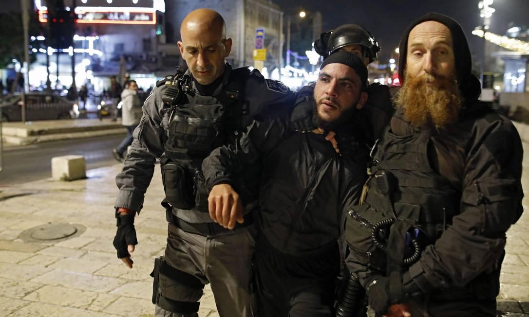 Forças de segurança israelenses detiveram um manifestante palestino em frente ao Portão de Damasco, na Cidade Velha de Jerusalém Foto: AHMAD GHARABLI / AFP