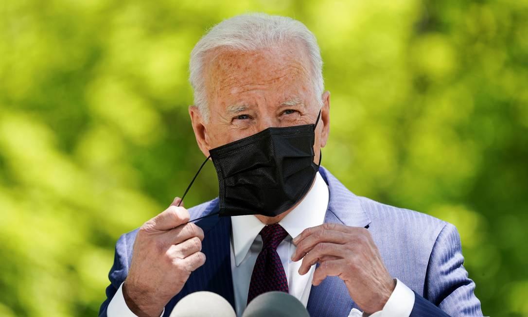 O presidente americano Joe Biden, na parte externa da Casa Branca, destacou o avanço do progresso dos EUA contra a Covid-19 Foto: Kevin Lamarque / Reuters