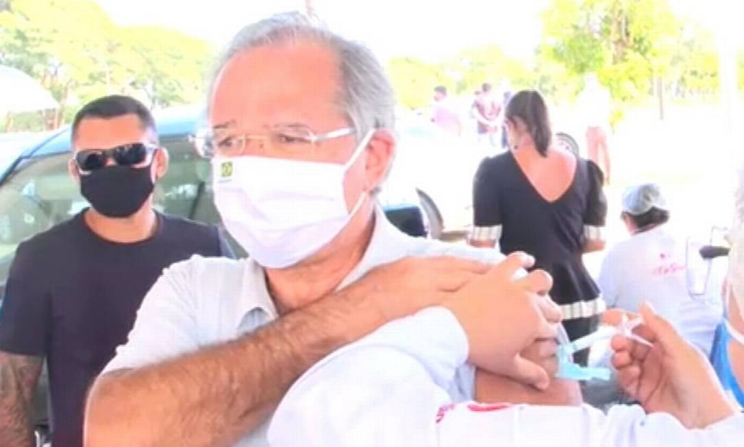Paulo Guedes toma vacina CoronaVac, em Brasília Foto: Reprodução / TV Globo / 27-03-2021