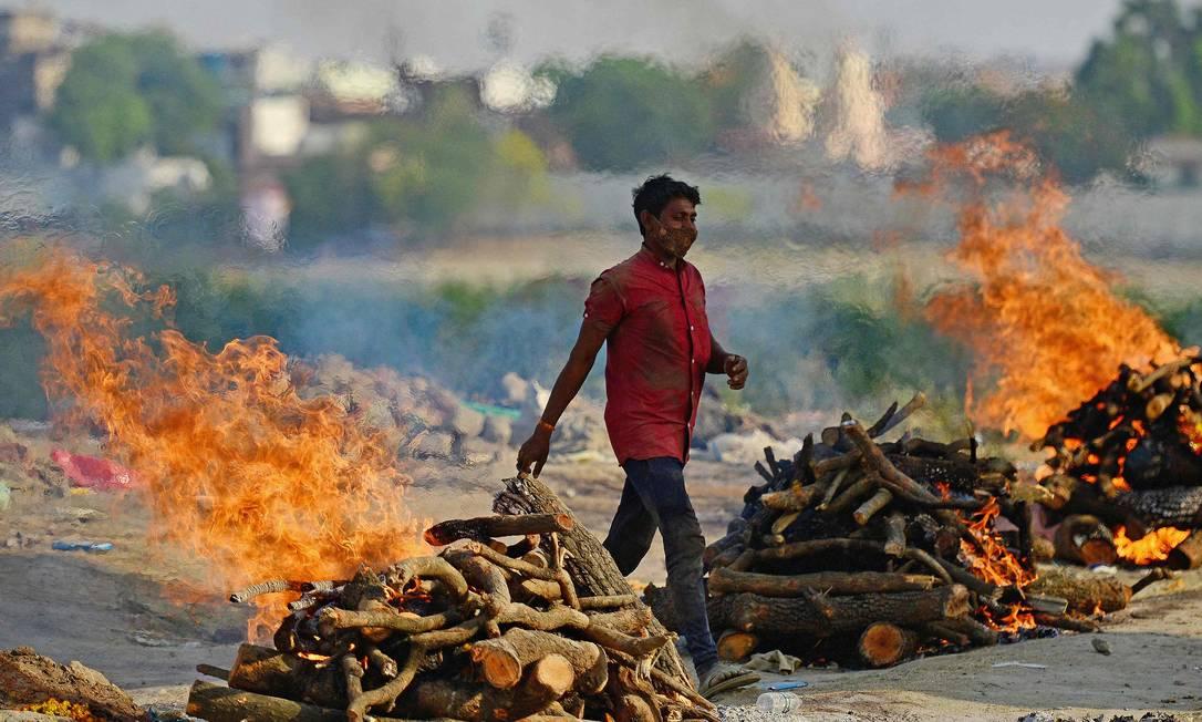 Corpos de vítimas de Covid-19 são cremados ao ar livre em Allahabad, na Índia Foto: SANJAY KANOJIA / AFP