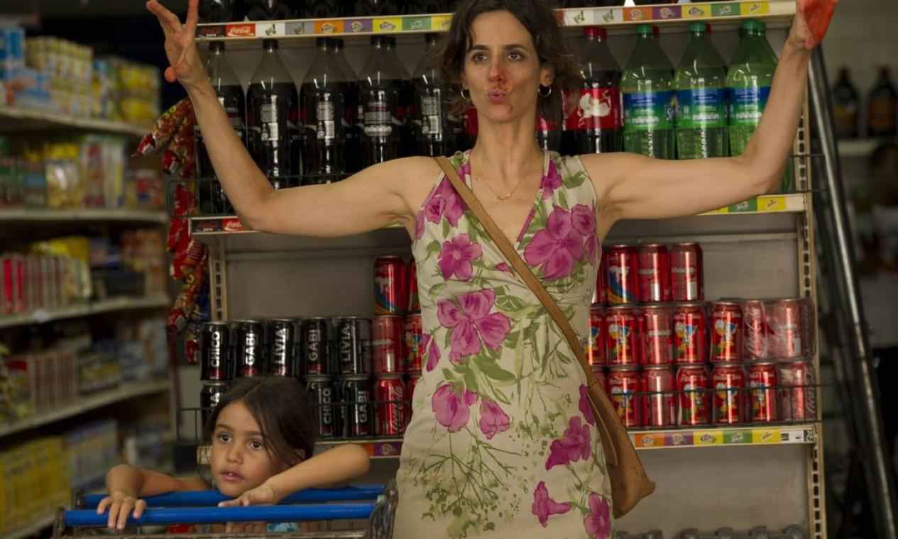 """Mariana Lima, em participação no longa """"Boa sorte"""", de Carolina Jabor. Na história, sua personagem vai fazer compras no supermercado com a filha e acaba numa briga Foto: Divulgação"""