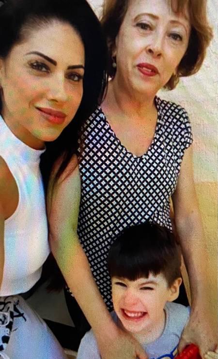 Monique com a mãe, Rosângela, e o menino Henry Foto: Reprodução