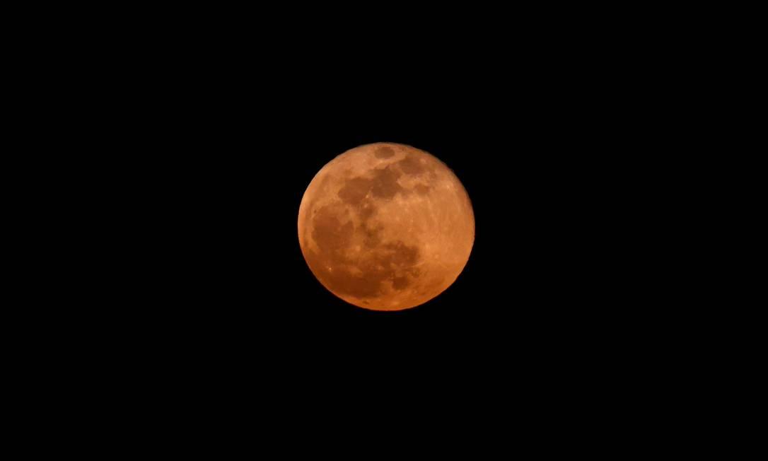 Lua cheia de abril, conhecida como Lua Super Rosa, sobre a cidade costeira israelense de Netanya Foto: JACK GUEZ / AFP