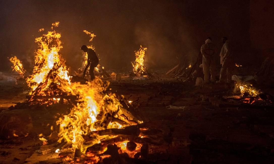 Pessoas cremam os corpos das vítimas da doença coronavírus (COVID-19), em um crematório em Nova Delhi, Índia, 24 de abril de 2021. REUTERS / Danish Siddiqui TPX IMAGENS DO DIA Foto: DANISH SIDDIQUI / REUTERS