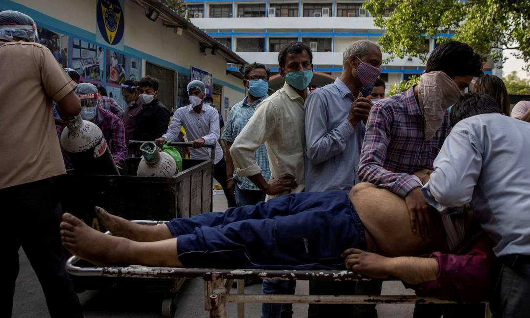 Membros da família choram depois que Shayam Narayan é declarado morto por COVID-19, fora da enfermaria , no hospital Guru Teg Bahadur, em meio à disseminação da doença em Nova Delhi Foto: DANISH SIDDIQUI / REUTERS