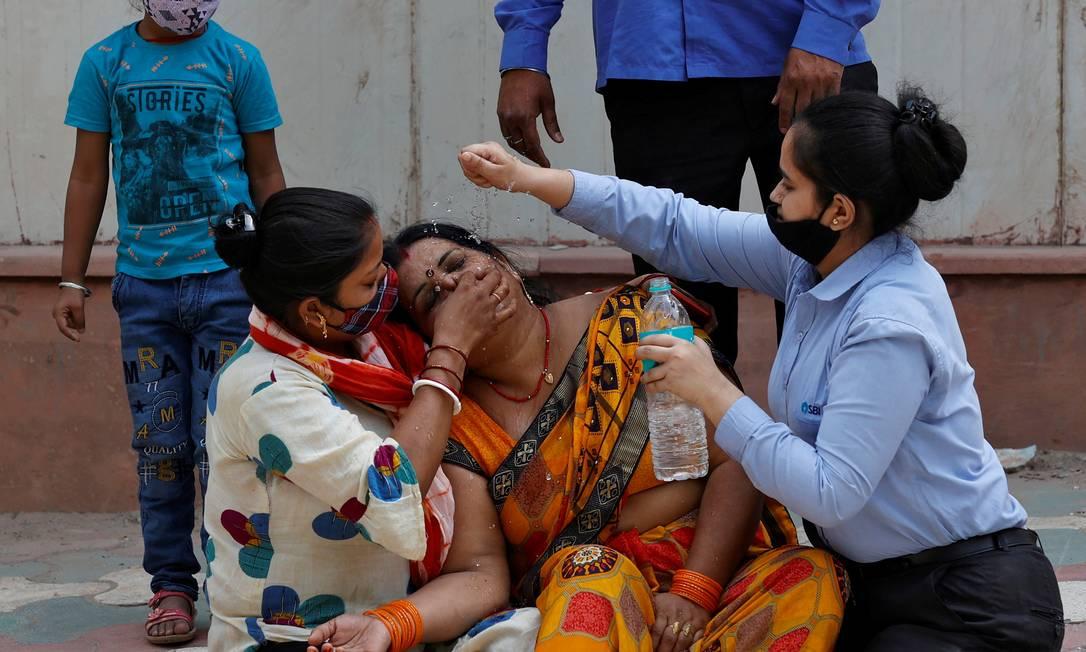 Mulher é consolada depois que seu marido morreu devido à Covid-19, fora de um necrotério de um hospital de referência em Nova Delhi Foto: DANISH SIDDIQUI / REUTERS
