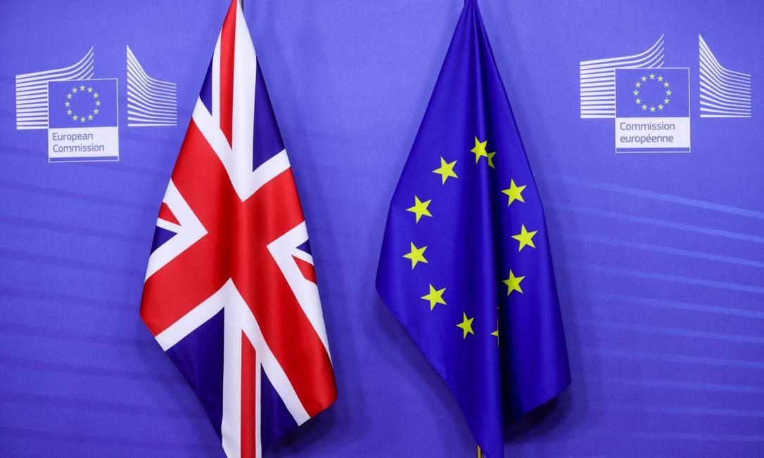 Lado a lado, as bandeiras do Reino Unido e da União Europeia antes de visita do primeiro-ministro Boris Johnson a Bruxelas Foto: OLIVIER HOSLET / AFP