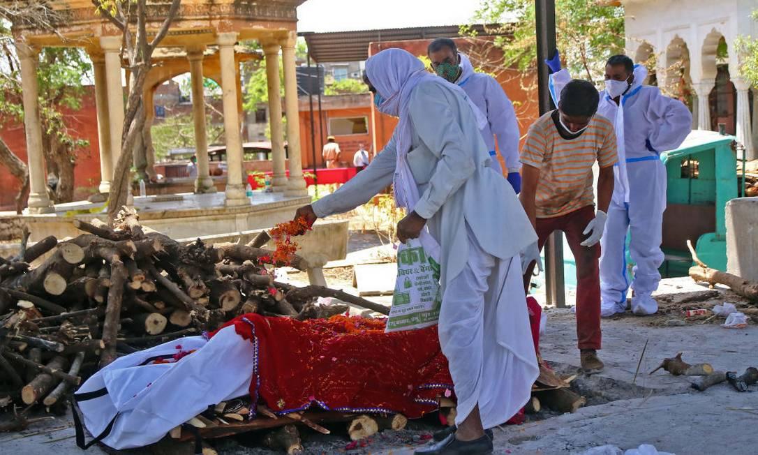 Parentes de vítima da Covid-19 fazem os últimos rituais antes da cremação Foto: NurPhoto / NurPhoto via Getty Images