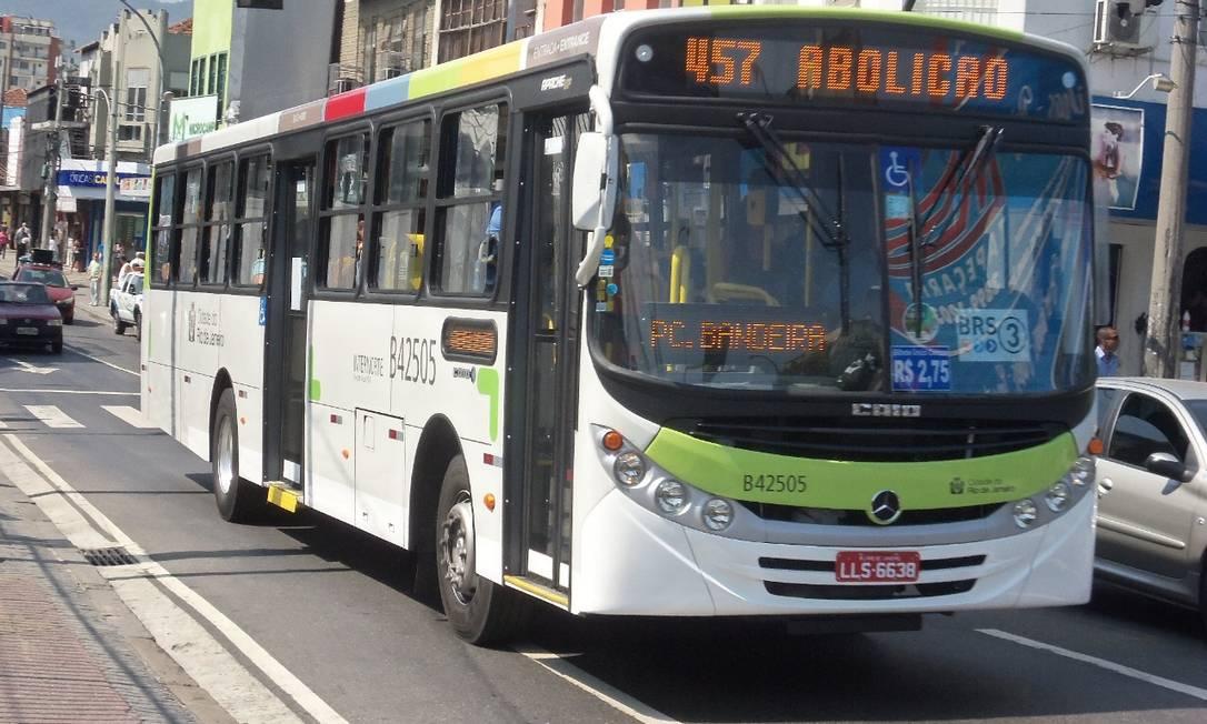 Ônibus da linha 457 (Abolição x Copacabana), da Viação Acari, trafegando pela Avenida Maracanã Foto: Brenno Carvalho