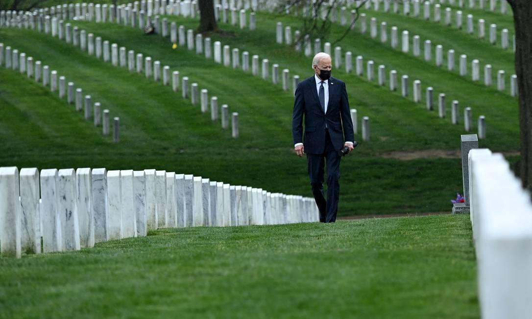 """O presidente dos EUA, Joe Biden, caminha pelo cemitério Nacional de Arlington para homenagear os veteranos mortos do conflito afegão em Arlington, Virgínia. Biden anunciou que é """"hora de terminar"""" a guerra mais longa da América com a retirada incondicional das tropas de Afeganistão, onde passaram duas décadas em uma batalha sangrenta e infrutífera contra o Talibã Foto: BRENDAN SMIALOWSKI / AFP"""