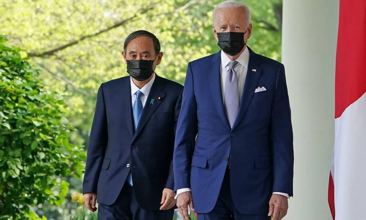 O presidente dos EUA Joe Biden e o primeiro-ministro do Japão Yoshihide Suga caminham pela Colunata para participar de uma coletiva de imprensa conjunta no Rose Garden da Casa Branca em Washington Foto: MANDEL NGAN / AFP - 16/04/2021