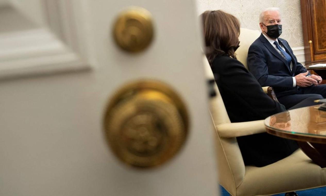 """Solidariedade. Reunido com a vice-presidente dos EUA, Kamala Harris, Joe Biden disse à imprensa que o veredicto do julgamento do ex-policial que matou George Floyd era """"certo"""" e chamou as evidências de """"esmagadoras"""" Foto: BRENDAN SMIALOWSKI / AFP - 20/04/2021"""