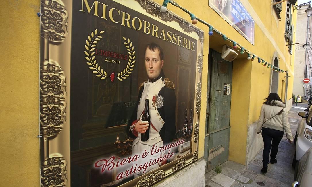 Napoleão Bonaparte serve de garoto-propaganda da cervejaria Microbrasserie em Ajaccio, capital da Córsega, sua terra natal Foto: PASCAL POCHARD-CASABIANCA / AFP