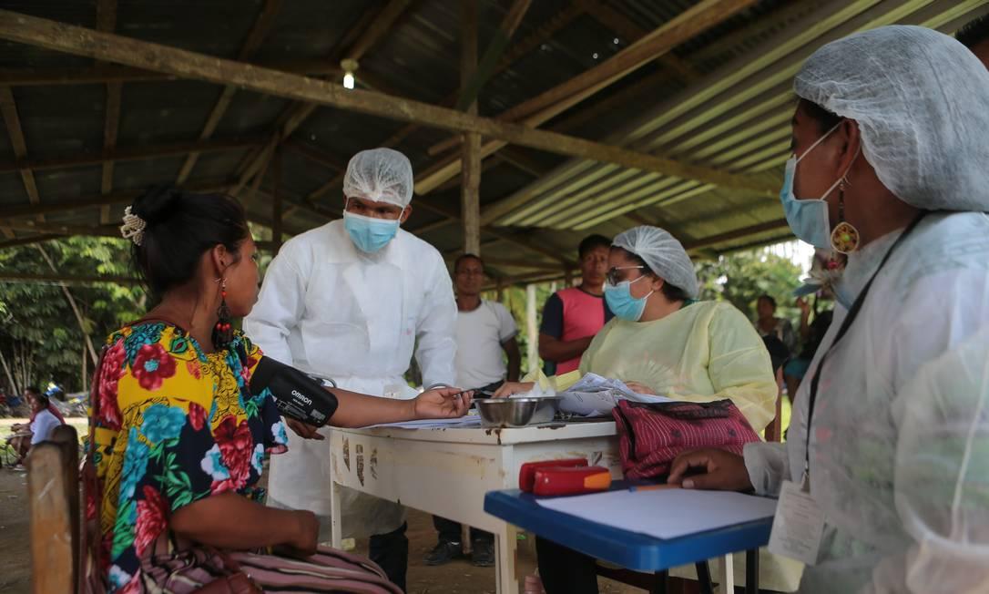 Profissionais de saúde atendem população da aldeia Campo Alegre, nos arredores de Tabatinga (AM) Foto: Jorge William / Agência O Globo