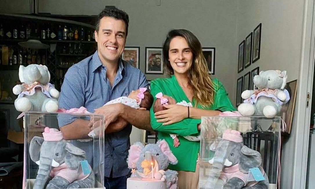 Joaquim e Marcella com as filhas: 1º mesversário Foto: Arquivo pessoal