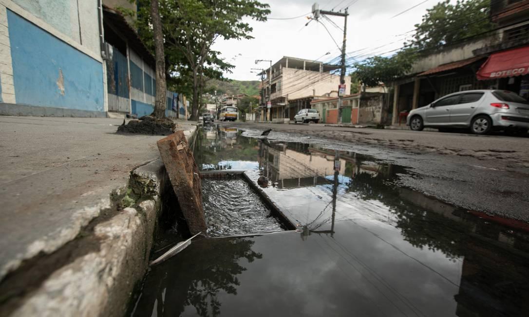 Sistema de esgoto de São Gonçalo entra em colapso sanitário. Na foto: Rua Maria Rita, São Gonçalo, anunda toda vez que chove, inúmeros boeiros coberto de esgoto. Foto: Brenno Carvalho / Agência O Globo