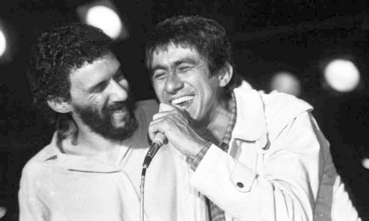 O cantor recebe Fagner no palco durante um show no Canecão, em outubro de 1987 Foto: Cristina Granato / Divulgação