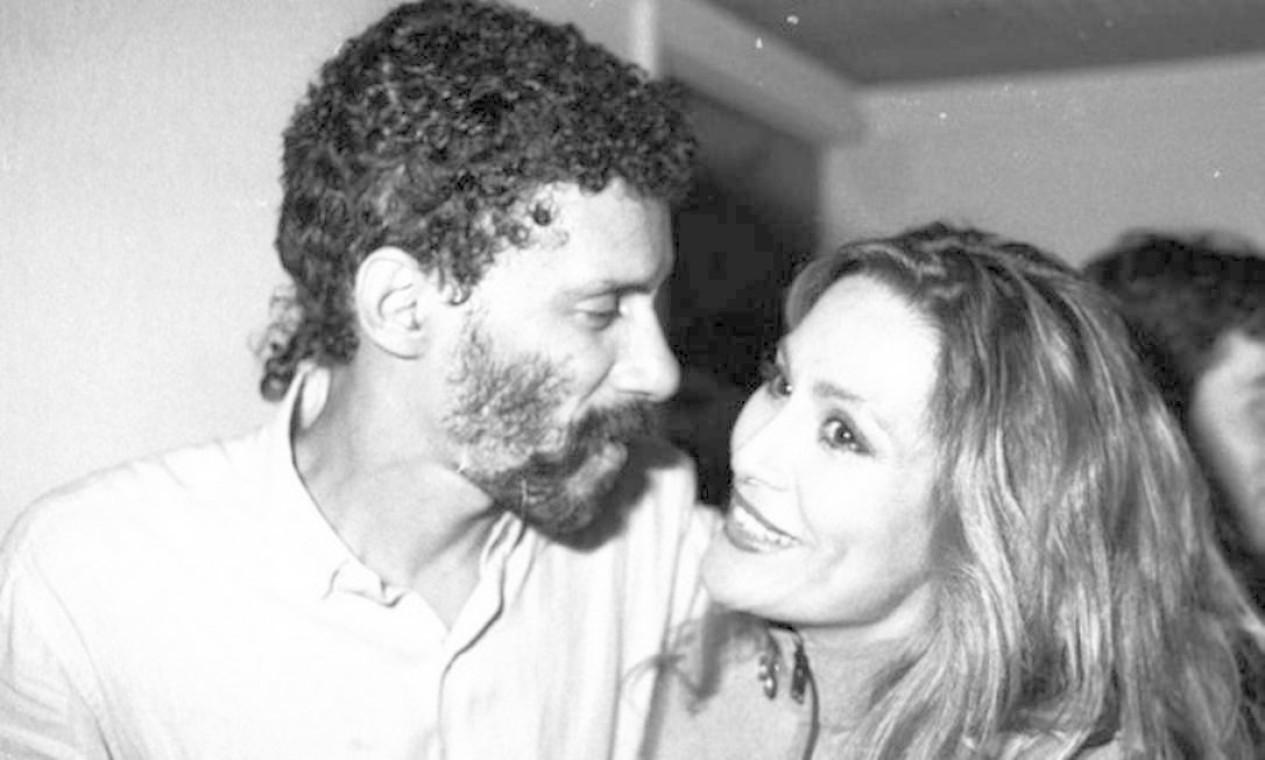 Em 1989, Gonzaguinha recebe Rosemary nos bastidores de show no Canecão Foto: Cristina Granato / Divulgação