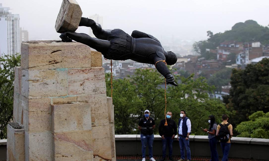A estátua de Sebastian de Belalcazar, um invasor espanhol do século 16, é derrubadapor indígenas em Cali Foto: Paola Mafla / AFP