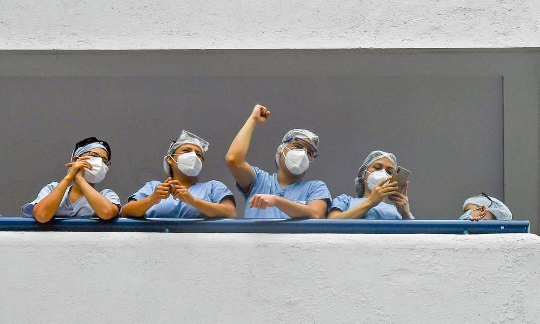 Trabalhadores da saúde gesticulam em apoio ao protesto contra o projeto de reforma tributária lançado pelo presidente colombiano Ivan Duque, em Medellín Foto: Joaquin Sarmiento / AFP