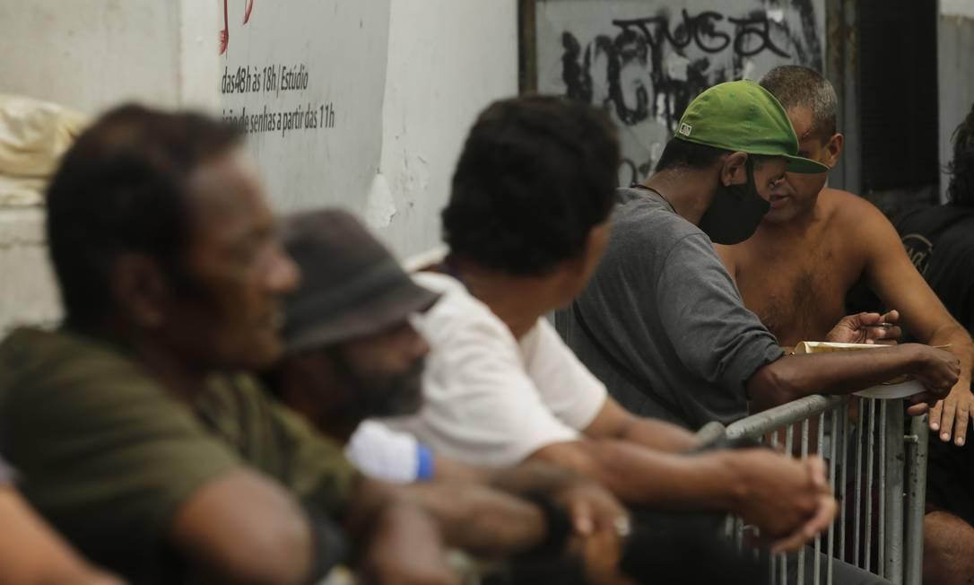 Pessoas em situação de rua e desempregados fazem fila para receberem suas quentinhas no Campo de Santana Foto: Antonio Scorza / Agência O Globo