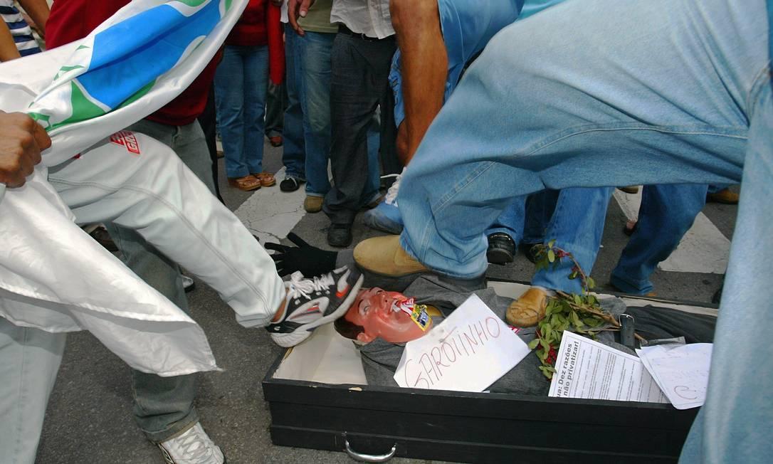 Funcionários da Cedae dão pontapés em um boneco com a cara de Garotinho, então governador do Rio, em ato contra tentativa de privatizar a Cedar Foto: Hipólito Pereira / Agência O Globo - 03/06/2005