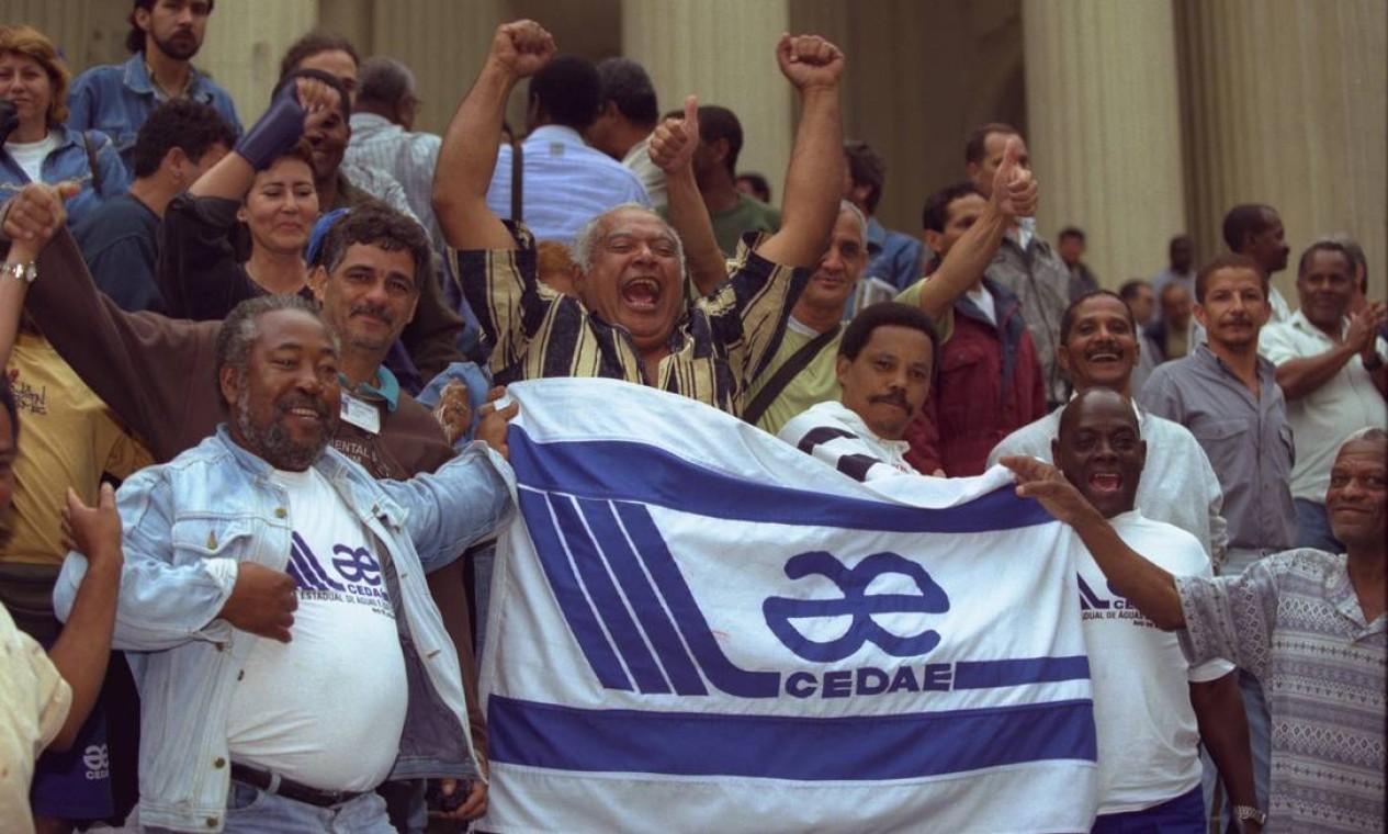 Funcionários da Cedae comemoram, nas galerias da Alerj, retirada da companhia do plano de privatizações Foto: William de Moura / Agência O Globo - 11/11/1998