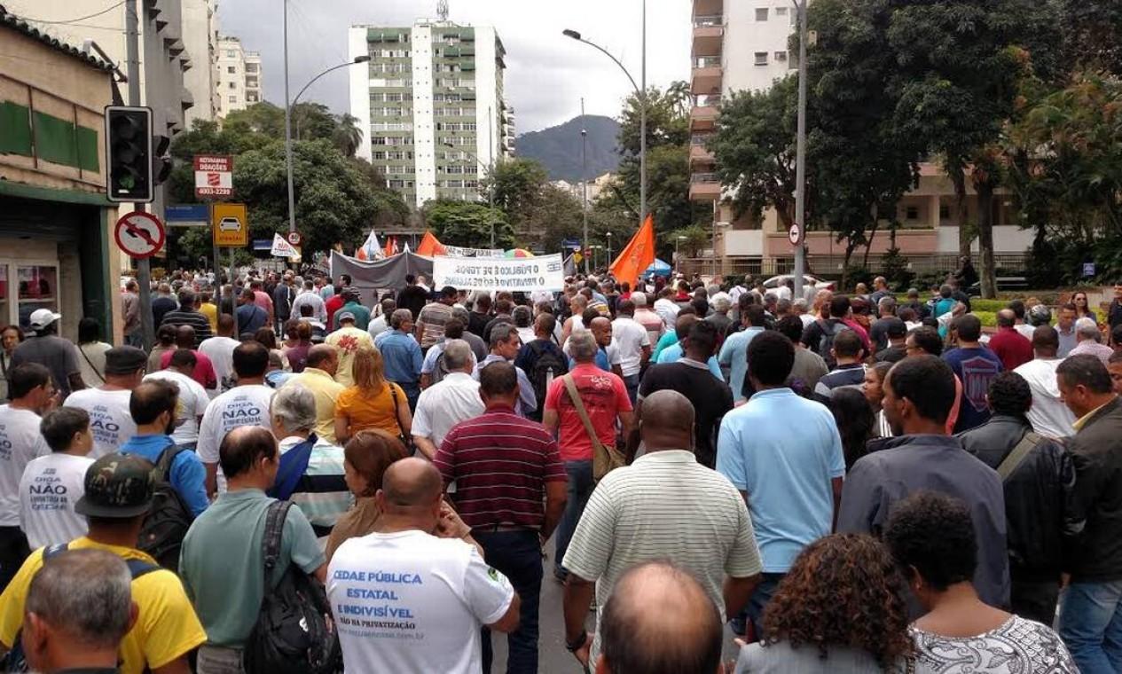 Contra a privatização, trabalhadores da Cedae ocupam a frente do Palácio Guanabara, sede do governo estadual Foto: Eduardo Fradkin / Agência O Globo - 28/09/2016