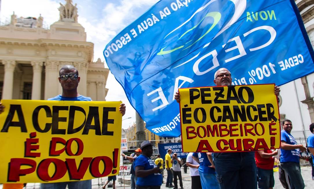 Protesto contra a privatização da Cedae durante o governo de Fernando Pezão, decidiu vetar a emenda que autorizou o governo a compensar o empréstimo que tem como garantia as ações da Cedae Foto: Ellan Lustosa / Agência O Globo - 01/02/2017