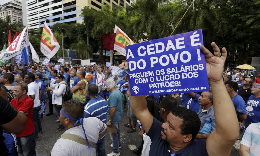 Funcionários da Cedae fazem protesto contra a privatização em frente à Alerj Foto: Gabriel de Paiva / Agência O Globo - 07/02/2017