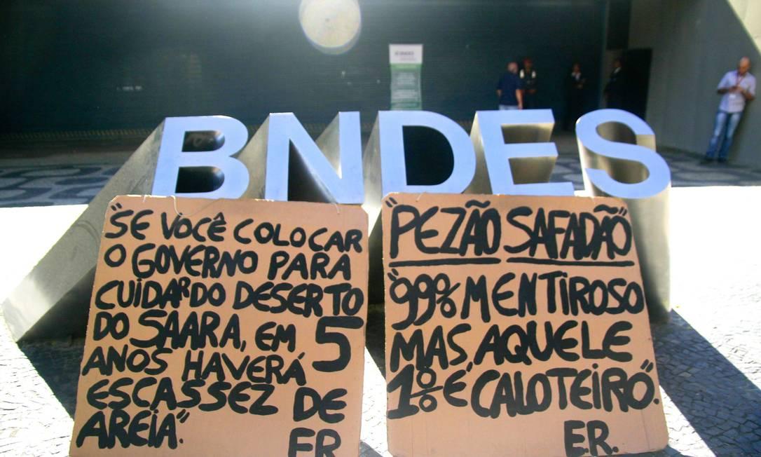 Protesto em frente ao Banco Nacional de Desenvolvimento Econômico e Social (BNDES) no Rio de Janeiro, onde o governador Pezão esteve para reunião visando agilizar a venda da empresa Foto: Ellan Lustosa / Agência O Globo - 24/07/2017