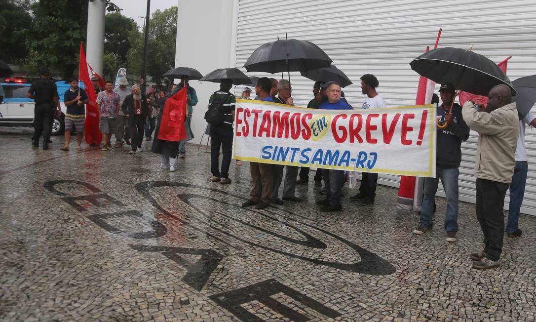 Funcionários da Cedae fazem greve contra privatização e protestam debaixo de chuva, em frente à sede da empresa Foto: Fabiano Rocha / Agência O Globo - 03/10/2017