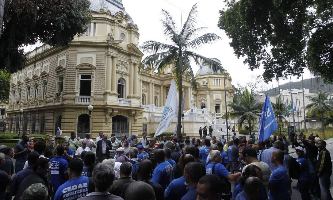Manifestação em frente ao Palácio Guanabara contra tentativa de venda da Cedae Foto: Pedro Teixeira / Agência O Globo - 01/11/2017