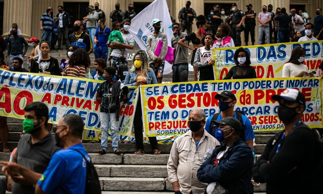 Protesto na Assembleia Legislativa do Estado do Rio de Janeiro (Alerj) votou em discussão única, às véspera do leilão, o Projeto de Decreto Legislativo (PDL) 57/21, que propõe a suspensão do leilão da Companhia Estadual de Águas e Esgotos (Cedae) Foto: Hermes de Paula / Agência O Globo - 29/04/2021