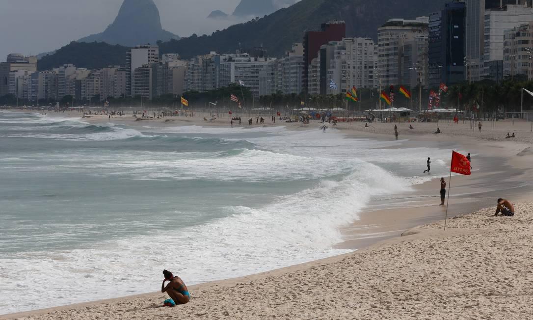 Presença de ambulantes e banhistas nas praias aos sábados, domingos e feriados continua proibida Foto: Roberto Moreyra / Agência O Globo / 26-04-2021