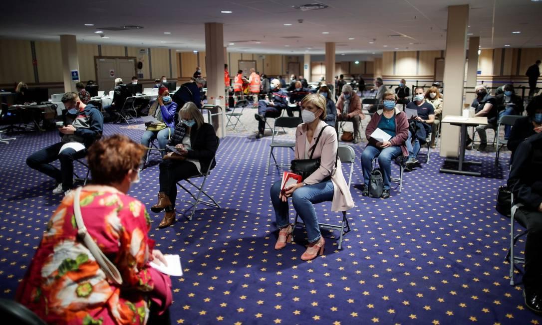 Franceses na fila para receber vacina contra a Covid-19 Foto: BENOIT TESSIER / REUTERS