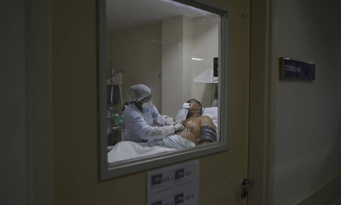 Atendimento de pacientes com Covid no Hospital Municipal Ronaldo Gazolla, referência no Rio para a doença. Na foto, paciente de 36 anos, jovem e obeso, internado na UTI do hospital. Foto: Márcia Foletto / Agência O Globo