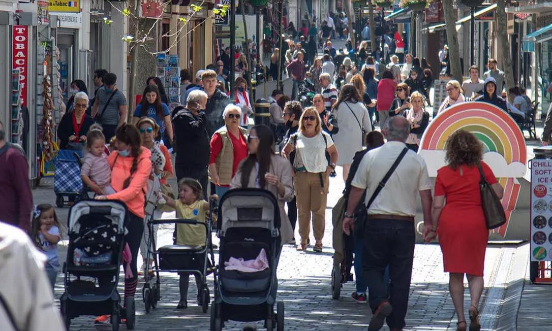Em Gibraltar, pessoas já podem andar sem máscara nas ruas Foto: CRISTINA QUICLER AFP